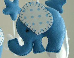 Elefante azul bebé móvil Bienvenido a Flossytots Este hermoso móvil de elefante es hecho a pedido Este móvil consta de 2 elefantes maíz flor azul y 2 elefantes blancos con tela de lunares azules en los oídos, hecho con lana premium mezcla de fieltro. Encima de cada elefante son 2