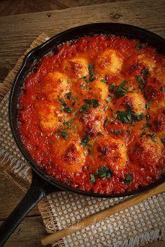 Mod de preparare Galuste de cartofi in sos de rosii: Galuste: Cartofii se spala foarte bine si se pun la fiert in apa cu sare. Cand sunt fierti se trec sub jet de apa rece si se curata de coaja. Se pun intr-un castron si se paseaza. Veggie Dishes, Vegetable Recipes, Vegetarian Recipes, Potato Recipes, Baby Food Recipes, New Recipes, Cooking Puns, Cooking Recipes, Romanian Food