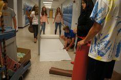Los estudiantes de Español 3 están dibujando y creando los carteles del país que van en las paredes y las murallas.