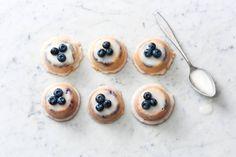 De naam verklapt het al: deze cakejes doen het fantastisch bij een kop thee. Teacakes met citroen, blauwe bessen en amandel van Ottolenghi - Recept - Allerhande Ottolenghi Recipes, Yotam Ottolenghi, No Bake Desserts, Just Desserts, Cupcake Cookies, Cupcakes, High Tea, Sweet Recipes, Cookie Recipes
