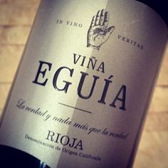 Zunächst präsentiert sich der Vina Eguia Rioja Reserva 2007 von NORMA im Glas im dunkelroten Rubinkleid, an der Nase ein Bouquet aus Waldfrüchten, Zimt, Schokolade und feine Nuancen von Vanille. Soweit, alles super. Dann aber kommt der erste Schluck, der zweite, dritte – es wird allerdings nicht besser: Am Gaumen dominiert eine fast schon bissige Säure, die das erwartet schöne Spiel von Frucht und Tanninen dominiert....