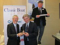 """Paul Bonnel, représentant  les 2 chantiers  du Guip, reçoit l'Award de la meilleure restauration (toutes catégories) par la revue britannique """"Classic Boat"""" pour la magnifique refonte du célèbre dundée thonier, """"Biche"""""""
