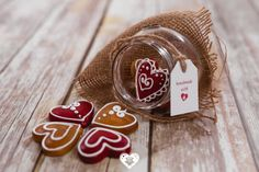 💟💗🍯 Árkosi mézeskalács - Turtă dulce de Arcuș sure take the gingerbread to the next level with these hearts-in-a-jar that are both super cute and mouthwatering! Gingerbread, Hearts, Jar, Sweet Treats, Fragrance, Jars, Drinkware, Vase