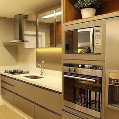 Cozinha linda, meu sonho de consumo! Super clean e moderna, esses armários estão lindos e a pedra da pia em quartzo branco sempre arrasa  #decor #decoração #decorando #decoration #desing #interiordesing #ape #apartamento #apto #apenovo #apepequeno #cozinha #ketchen #sweethome #lardocelar #futurolar #home #homedecor #homedecoration #detalhes #details #inspiração #inspiration