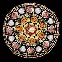 Trabajo sobre conchas en rosetón que aparenta una pizza