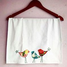 Pano de prato com pássaros bordados. Simples e delicado para sua cozinha ficar mais linda.  #Fuxicultura