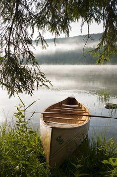 Canoë en bois au bord d'un lac sauvage du Jura | Jura - France | Latitude Bois | #JuraTourisme #Jura