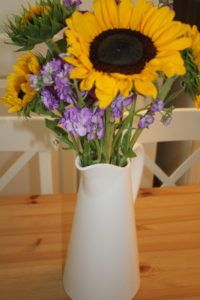 Have $5 and 10min to spare? Create a beautiful summer flower arrangement
