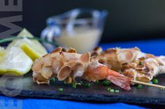 Brochetas de langostinos en tempura con almendras