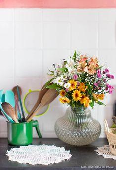 Cozinha de apartamento antigo tem arranjo de flores feito a partir de luminária de vidro. The Home Edit, Kitchen Upgrades, Vintage Soul, Fine Woodworking, E Design, New Kitchen, Lamp Light, Flower Arrangements, Centerpieces