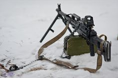 "Russian PKP ""Pecheneg"" Medium Machine Gun with holographic sight Bushcraft, Light Machine Gun, Machine Guns, Zombie Guns, Zombie Survival Gear, Airsoft Guns, Tactical Guns, Weapons Guns, Military Weapons"