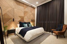 El panelado de madera que cubre la pared del cabecero de la cama es una obra maestra de carpintería. Lacomposición fue realizada con bastidores cuadrados en los que se juega con los listones para crear formas geométricas. Una buena forma de acercar el estilo art deco a nuestros días. Bedroom Styling (from The Block Australia 2016)