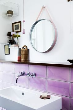 pink tile + acrylic boxes #decor #banheiros #bathrooms