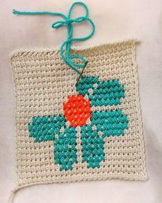 Bu motifi 2 akam nce grdm ve hemen yapmalydm hzl bir ekilde tunus ii zemin yapld ok kolay olacan sandm (daha Crochet Potholders, Crochet Tote, Crochet Cross, Crochet Handbags, Crochet Purses, Crochet Squares, Diy Crochet, Blanket Crochet, Crochet Camera