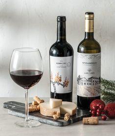 Με τι κρασί θα συνοδεύσουμε το Μετσοβόνε; - www.olivemagazine.gr #olivemagazinegr #wine #cheese Red Wine, Alcoholic Drinks, Glass, Food, Cheese Platters, Drinkware, Corning Glass, Essen, Liquor Drinks