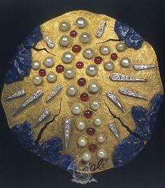 Veritas vincit, Salvador Dali, 1953, 18 karat yellow gold, natural rubies, diamonds, pearls, lapis lazuli. Vintage jewelry x
