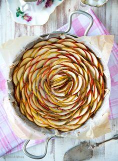 """Terveellisempi omenapiirakka  Olen välillä harrastanut kakkujen leipomista """"välipalateemalla"""" (esimerkkinä tämä lasten välipalakakku ja proteiinipitoinen sporttikakku), jolloin leivonnainen valmistetaan välipalaksi luokiteltavista aineksista. Nyt halusin leipoa omenapiirakan, jolla voisi herkutella arjenkin keskellä. Näin saadaan pihamaan omenasadolle käyttöä ja tulee samalla syötyä muutakin terveellistä."""