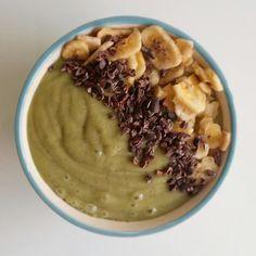 Smoothie bowl de mango plátano y lechuga. Lleva también hierba de trigo semillas de chía y lexe de coco y arroz. Topping: chips de plátano y cacao nibs @bulkpowders_es #nohagasdieta #comesano