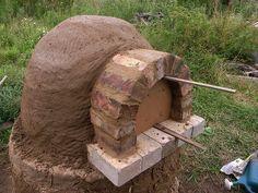 Torne-se VOCÊ um bioconstrutor experimental.  Com nada além de um pouco de argila, areia, tijolo, palha, algumas garrafas de vidro para reutilização e blocos de concreto velho você sera capaz de construir um forno de barro