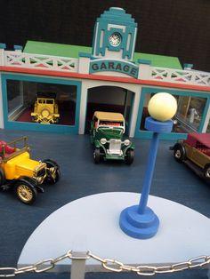 garáž+replika+hračky+r.1935+replika+hračky+30+léta+19.+století+překližka+++dřevo,+ručně+vyřezávané,+okénka+jsou+zasklená,+střecha+je+sundávací+velký+podíl+ruční+práce+-+vše+je+ručně+vyřezáváno+malováno+akrylovými+zdravotně+nezávadnými+barvami+rozměry+:+38+x+35+x+12+cm