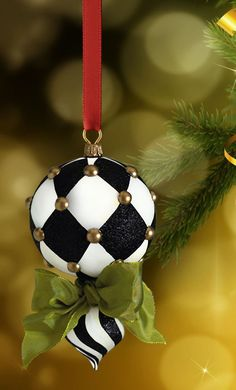 An artificial Christmas garland looks beautiful. If you want to know how to decorate a Christmas garland, check decoration ideas from the gallery below. Black Christmas, Diy Christmas Ornaments, Winter Christmas, Christmas Home, Merry Christmas, Natal Diy, Xmas Decorations, Free Images, Upholstery Tacks