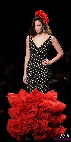 Diseñadora Amparo Macía. Vestido de flamenca negro con lunares blancos y volantes rojos. traje de flamenca, vestido de volantes, vestido de gitana, vestido de sevillana, feria de Málaga, feria de verano