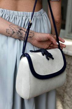 Son sac -également de la marque Amélie Pichard- était assorti à son faux tatouage, qu'elle avait elle-même dessiné à l'aide d'un tattoo pen acheté chez Plein Fard, la boutique de maquillage professionnel du 7, rue de Courcelles, à Paris.
