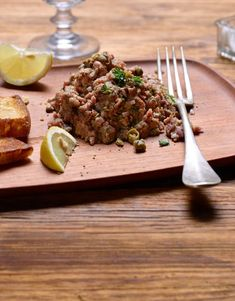 En allemand, la seule dénomination correcte de cette préparation de viande hachée crue et épicée est «Tatar». Chez nous, c'est «tartare» et nous y tenons! Voici une recette qui te montre comment préparer facilement un tartare de bœuf toi-même. Valeur Nutritive, Nutrition, Voici, Tableware, Food, Beef Fillet, Country Bread, Ground Meat, Drizzle Cake