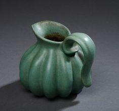 Michael Andersen & Søn. Kande, glaseret keramik i turkisgrønne nuancer, riflet dekoration, mrk. i bunden. H. 12 cm.