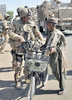 Getting to know locals Afghanistan Military Love, Military Gear, Military Photos, Army Love, Us Army, Adjudant Chef, Warrant Officer, Pakistan Travel, Afghanistan War