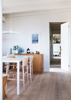 The amazing Melbourne home of Simone and Rhys Haag! Photo - Sean Fennessy, production – Lucy Feagins / The Design Files. Dining Area, Kitchen Dining, Dining Room, Small Dining, Dining Table, Beautiful Interior Design, Beautiful Interiors, Timber Panelling, Wall Panelling