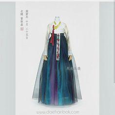 색감,겹 Korean Traditional Clothes, Traditional Fashion, Traditional Dresses, Korea Fashion, Asian Fashion, Korea Dress, Modern Hanbok, Oriental Dress, Korean Outfits