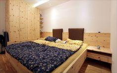 Zirbenbett mit Kleiderschrank in Zirbenholz. Furniture, Home Decor, Walk In Wardrobe Design, Carpentry, Bed, Bedroom, Timber Wood, Dekoration, Decoration Home