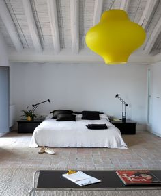 Maybe not yellow lamp, but this room is SCREAMING my name Home Bedroom, Bedroom Furniture, Bedroom Decor, Bedroom Loft, Bedroom Lighting, Master Bedrooms, Dream Bedroom, Bedroom Ideas, Home Design