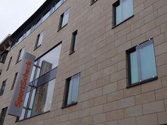Fenster von Sport Scheck Nürnberg mit Taubenspikes geschützt