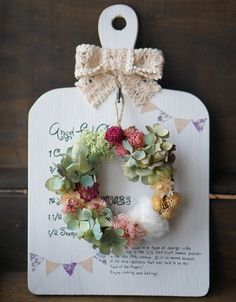 The cutting board that is now popular among DIY girls .- Arrangement of cutting boards that are now popular among DIY girls! It's all about 100 materials and it's very easy. Candy Flowers, Felt Flowers, Diy Flowers, Flower Decorations, Fun Crafts To Do, Diy And Crafts, Crafts For Kids, Wire Crafts, Decor Crafts