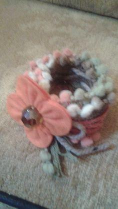 braccialetto :in lana ,inserti in resina