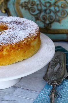Já alguma vez começaram a fazer um Tiramisu e acabaram num bolo? A mim aconteceu hoje... Há experiências culinárias que nos dão que...