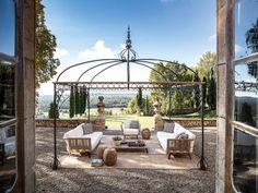 Um jardim romântico com os sofás contemporâneos e gazebo clássico da Unopiù. Gazebo, Terrace Building, Attached Pergola, Outdoor Furniture Sets, Outdoor Decor, Porch Swing, Castle, Villa, Relax