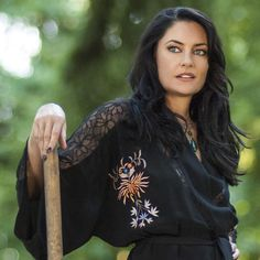 Mädchen Amick as Wendy Beauchamp in Witches of East End in a Topshop kimono