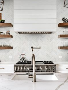 35 Beautiful Quartz Backsplash Kitchen Design Ideas - Did you ever consider remodeling home surfaces by yourself? Have you already tried using do-it-yourself Quartz Backsplash Tiles remodeling? If you wan. Marble Tile Backsplash, White Kitchen Backsplash, Ikea Kitchen, Kitchen Furniture, Kitchen Ideas, Kitchen Cabinets And Countertops, Porcelain Countertops, Chevrons, Herringbone Backsplash