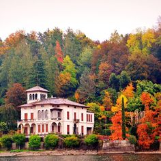 Lake Como villa in the fall. Photo courtesy of destinationeurope on Instagram