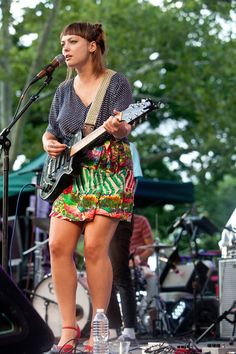 Angel Olsen, Female Guitarist, Cool Haircuts, Trending Memes, Rock And Roll, Eye Candy, Two By Two, Hair Cuts, Guitars