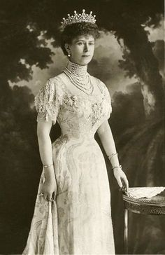 Queen Mary- such a delicate waist!