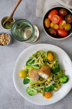 God middag, helt enkelt! Sprøbakte fiskefileter, pasta, brokkoli og tomat. Server med pesto! Pesto, Chicken, Food, Essen, Meals, Yemek, Eten, Cubs