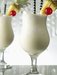 Best Pina Colada Recipe for Two Drinks - Trend Topic For You 2020 Smoothie Recipes, Smoothies, Drink Recipes, Cocktail Fruit, Hawaiian Drinks, Frozen Pina Colada, Rum Cream, Mixed Drinks Alcohol, Cocktail Ingredients