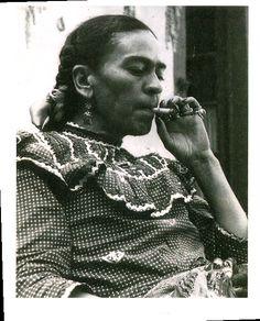 Frida Kahlo Fumando                                                                                                                                                     Más