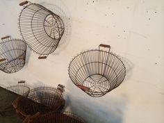 Partij metalen manden met houten handvaten. Afm 30 diep diameter bovenkant 53…