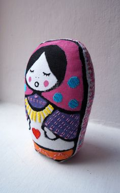 Tati Mora matrioska de tela impresa a mano y bordada por Gineceo