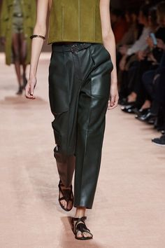Hermès Spring 2021 Ready-to-Wear Collection - Vogue Fashion Week, Fashion 2020, Spring Fashion, Fashion Show, Womens Fashion, Fashion Trends, Winter Fashion, Hermes, Look Chic